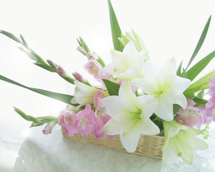 lilies_gladiolus_flowers_box_composition_tenderness_tablecloth_32811_1280x1024